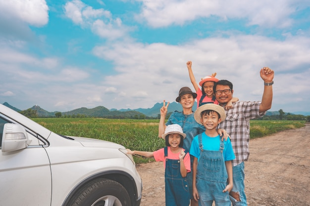 Gelukkig gezin reizen in platteland op boerderij in thailand