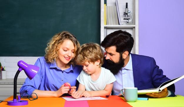 Gelukkig gezin schoolgemeenschap partnerschap modellen kind van de basisschool met ouders op school