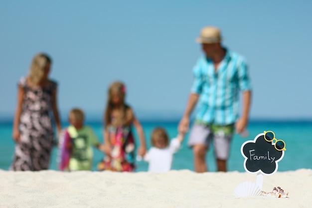Gelukkig gezin spelen op het strand