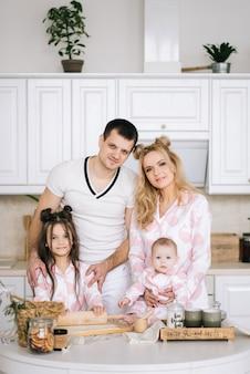 Gelukkig gezin thuis