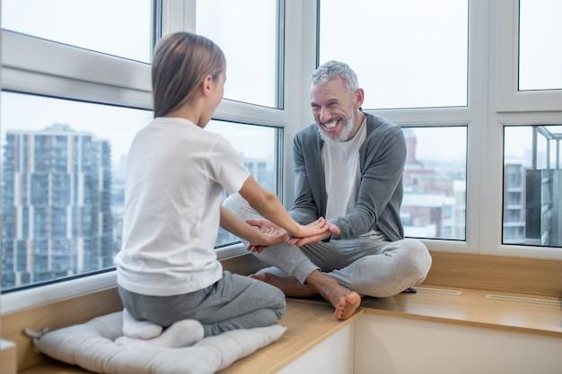Gelukkig gezin. vader en dochter hand in hand en zien er gelukkig uit
