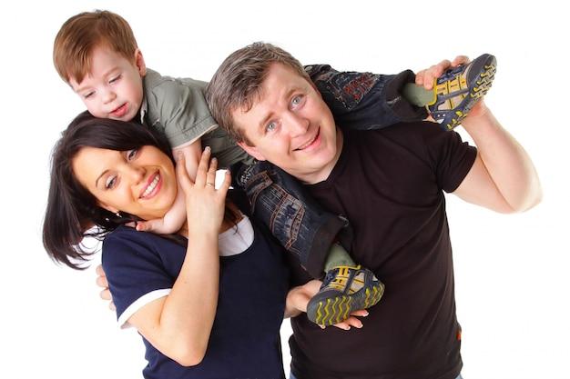 Gelukkig gezin. vader, moeder en kind dat op wit wordt geïsoleerd