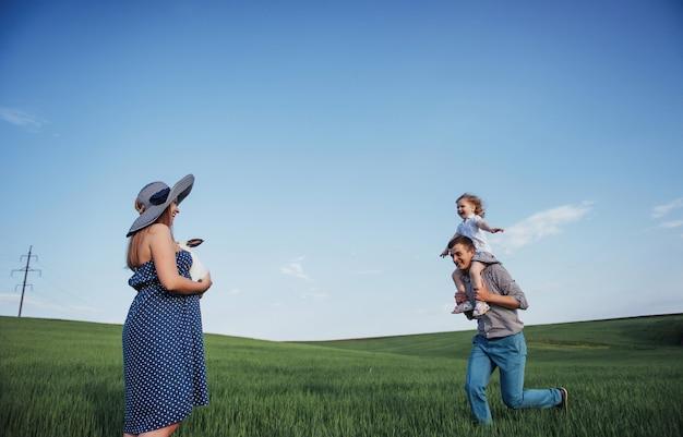 Gelukkig gezin van drie mensen knuffelen in de straten