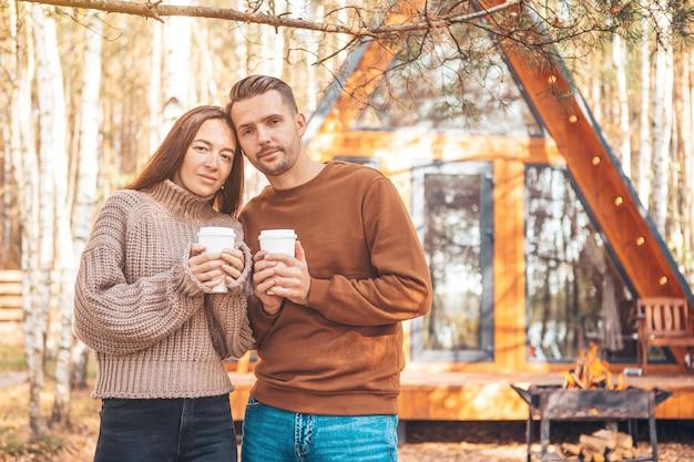 Gelukkig gezin van twee op het terras in de herfst