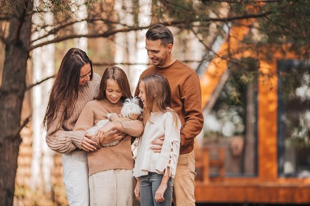 Gelukkig gezin van vier genieten in herfstdag