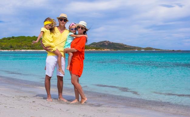 Gelukkig gezin van vier op strandvakantie
