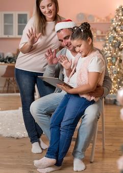 Gelukkig gezin video-oproepen op kerstmis