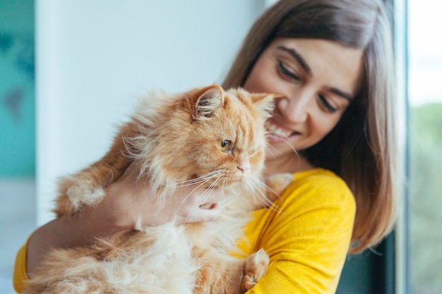 Gelukkig gezonde kat met veel liefde