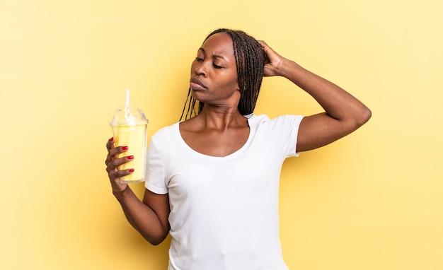 Gelukkig glimlachen en dagdromen of twijfelen, opzij kijkend. milkshake concept