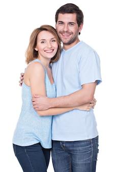 Gelukkig glimlachend paar die zich verenigen die geïsoleerde camera bekijken -