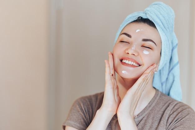 Gelukkig glimlachend vrij mooi vrouwenmeisje met handdoek