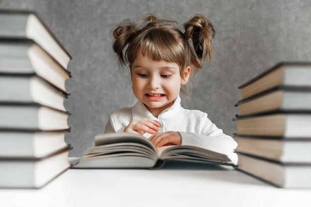 Gelukkig grappig meisje dat een boek leest.