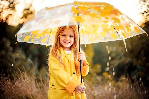 Gelukkig grappig meisje met paraplu onder de herfst douche.