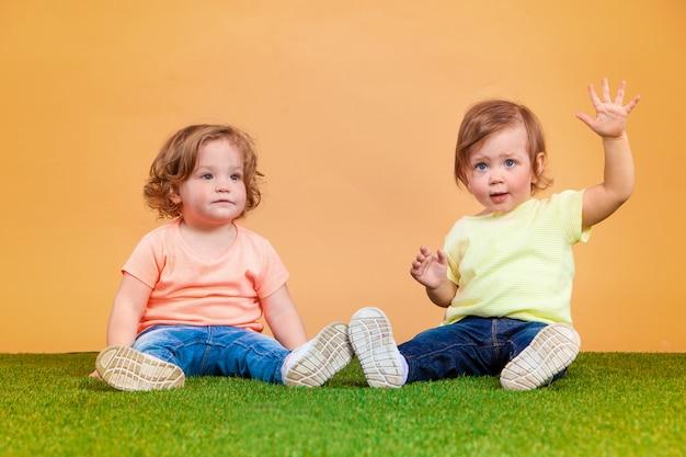 Gelukkig grappig meisje tweeling zussen spelen