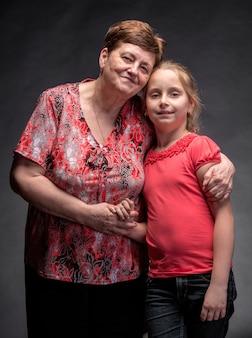 Gelukkig grootmoeder en kleindochter