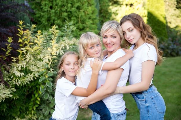 Gelukkig grote moeder en dochters op een groen gazon
