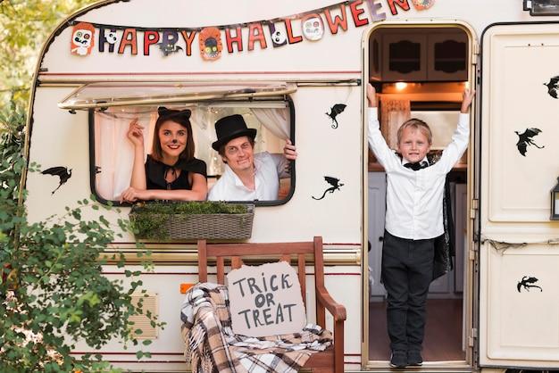 Gelukkig halloween-evenement buiten de caravan