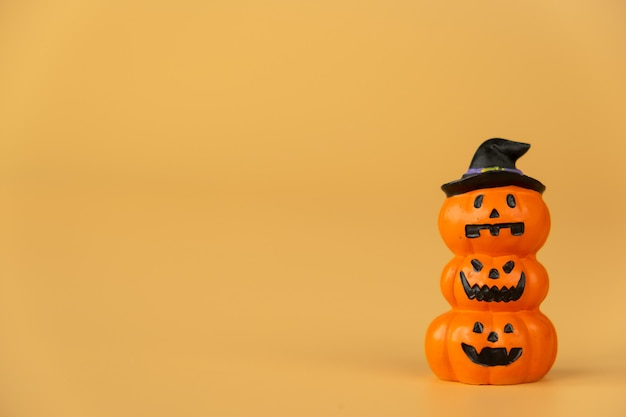 Gelukkig halloween, pompoenen op oranje achtergrond, halloween-concept. kopieer ruimte.