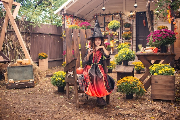 Gelukkig halloween schattig lachend meisje in heksenkostuums vieren halloween