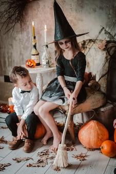 Gelukkig heksenmeisje en jongens op halloween.