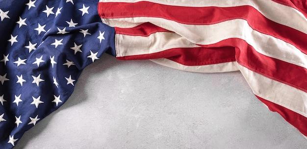 Gelukkig herdenkingsdagconcept gemaakt van amerikaanse vlag op donkere stenen achtergrond