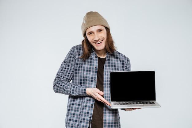 Gelukkig hipster weergegeven: lege laptop scherm