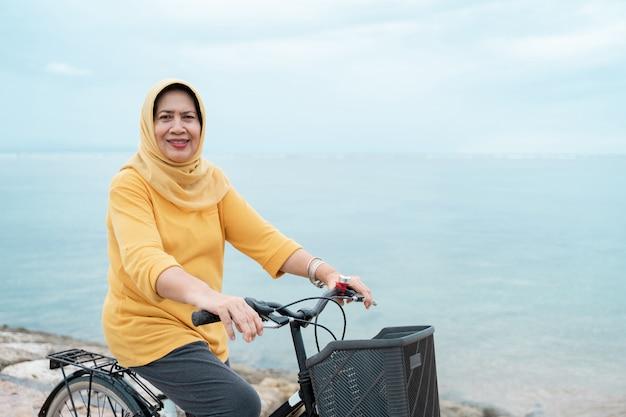 Gelukkig hoger moslimwijfje dat een fiets berijdt