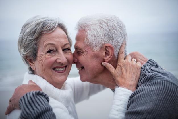 Gelukkig hoger paar dat elkaar omhelst