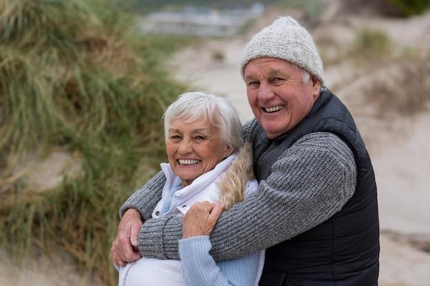 Gelukkig hoger paar dat zich op het strand verenigt