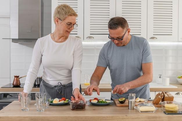 Gelukkig hoger paar die samen gezond diner koken