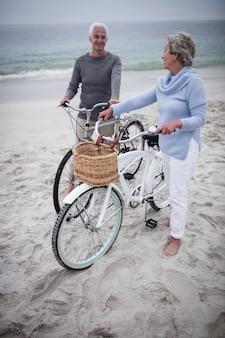 Gelukkig hoger paar met hun fietsen