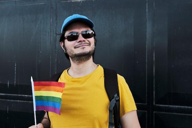 Gelukkig homoseksuele man met een gay pride-vlag