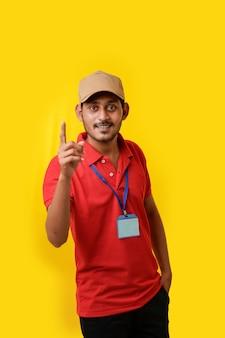 Gelukkig indiase man in t-shirt en uitdrukking geïsoleerd op gele achtergrond tonen.