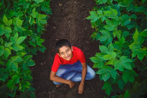 Gelukkig indisch kind dat op de grond speelt Premium Foto
