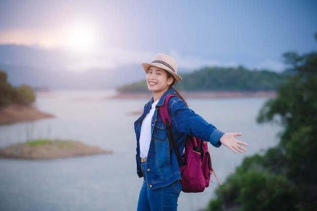 Gelukkig jong aziatisch meisje bij het nationale park thailand van kang kra chan