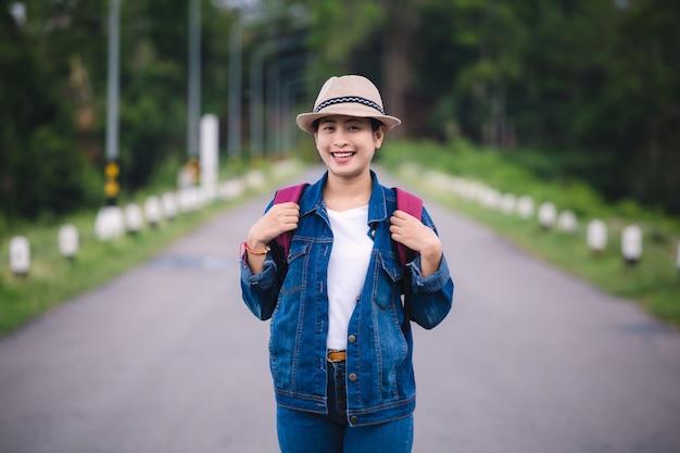 Gelukkig jong aziatisch meisje in kang kra chan national park thailand