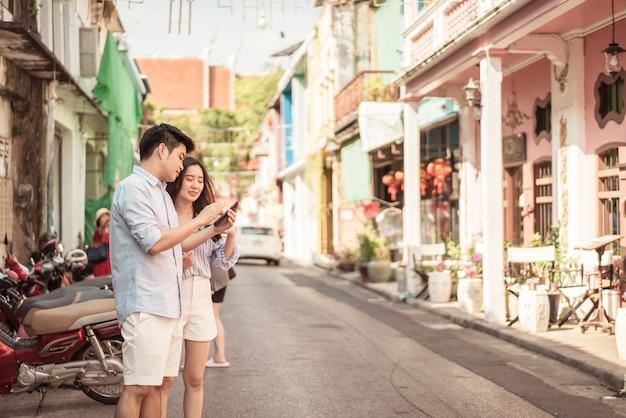 Gelukkig jong aziatisch paar in liefde die een goede tijd heeft