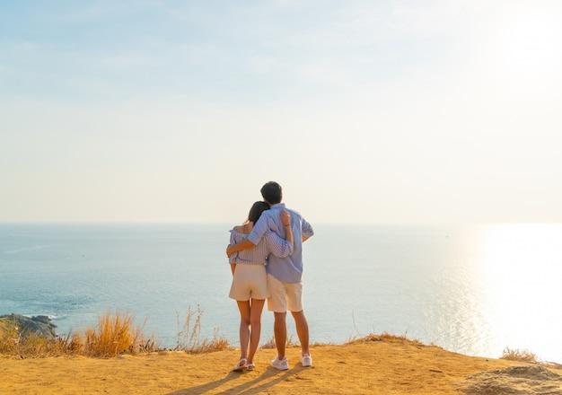 Gelukkig jong aziatisch paar in liefde die een goede tijd in park hebben