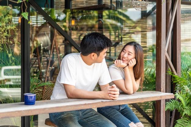 Gelukkig jong aziatisch verliefd koppel