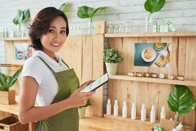 Gelukkig jong bedrijf met een klein bedrijf, ze verkoopt handgemaakte zeep in de online winkel