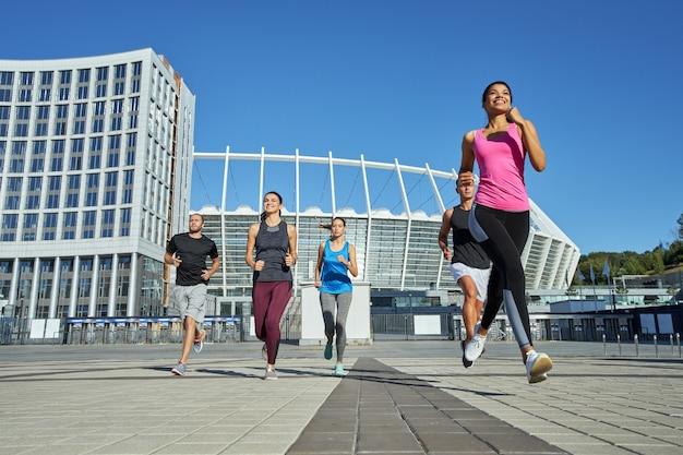 Gelukkig jong gemengd raciaal team dat tijdens de training loopt