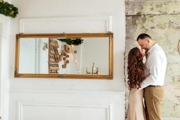 Gelukkig jong getrouwd stel nieuwjaar vieren