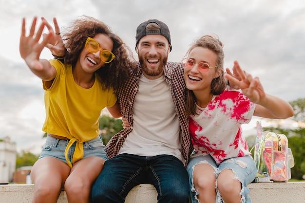 Gelukkig jong gezelschap van lachende vrienden opgewonden in park