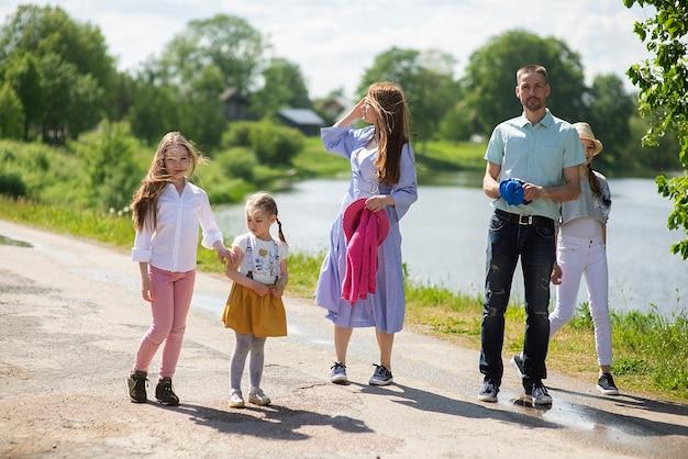 Gelukkig jong gezin lopen op de stoep van de stad