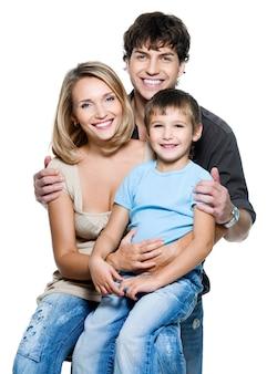 Gelukkig jong gezin met mooi kind poseren op witte ruimte
