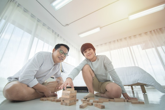 Gelukkig jong gezin vader en zoon in casual kleding tijd vakantie thuis spelen
