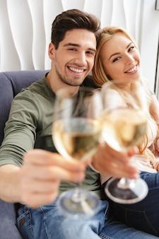 Gelukkig jong houdend van paar het drinken van champagne van de alcohol de witte wijn.