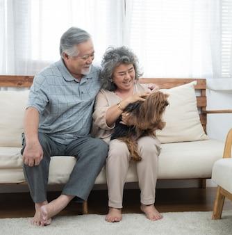 Gelukkig jong kaukasisch paarspel met hond in huis