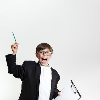 Gelukkig jong kind in een pak met een bril