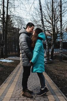 Gelukkig jong koppel in winter park met plezier op valentijnsdag.